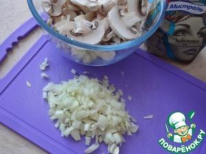 Почистите и порежьте лук. Грибы протрите и нарежьте пластинками.