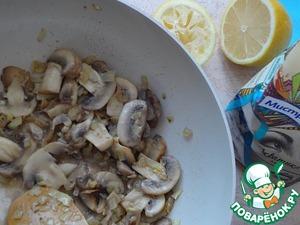 Растопите в сковороде половину сливочного масла, обжаривайте лук до прозрачности, добавьте грибы, жарьте минут пять, снимите с огня, заправьте лимонным соком. Оставьте остывать.