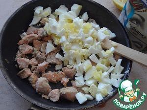 Филе рыбы порежьте кусочками и обжарьте на оставшемся сливочном масле 3-4 минуты. Почистите и порежьте яйца и добавьте к рыбе. Рыбу можно использовать консервированную. Ее обжаривать не нужно.
