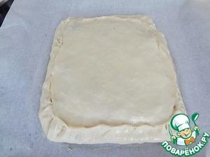 Уберите пирог в холод минут на 30-40. Потом смажьте яйцом и выпекайте в разогретой до 220° С духовке 15 минут. Затем убавьте температуру до 180°С и пеките еще минут 20.