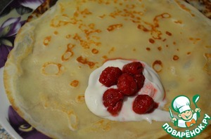 The pancakes are very tasty by themselves, but I made a filling of curd and raspberries.