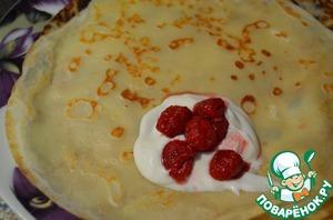 Блинчики очень вкусные и ароматные сами по себе, но я сделала начинку из сырной массы и малины.