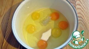Для начала, приготовим тесто для любимых блинчиков. У нас в семье - это блины на молоке.    Яйца, сахар и соль - немного взбиваем.