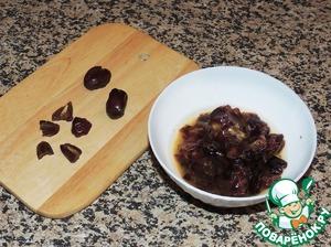 Для приготовления шоколадного соуса финики освободить от косточек, порезать кусочками и залить кипятком так, чтобы он только покрывал сухофрукты. Оставить до остывания.