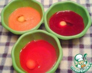 Шаг первый. Отливаем от каждого сока половину жидкости в отдельную емкость, где будет смешиваться тесто. В каждый сок кладем: 1 яйцо + 1ст. л. сахара + 1 ч. л. соли + 1 ст. л. манки и тщательно смешиваем.