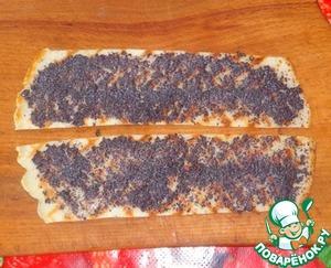 Готовые блины разрезаем на полосочки шириной 5-6 см.
