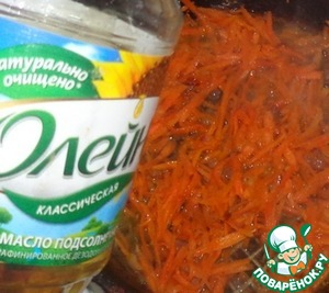 Морковь натереть на крупной терке, репчатый лук мелко порезать. Протушить морковь с луком до готовности на подсолнечном масле. В конце приготовления добавляем мелко порезанный чеснок, протушить 2-3 минуты.