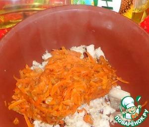 Рыбное филе отварить и порезать кубиками. Соединить с овощами. Добавить мускатный орех и соль по вкусу.