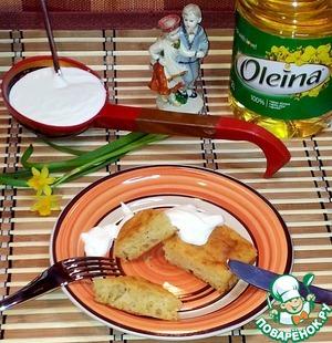 Сырные оладьи все ели с густой сметаной. Оладьи из этого теста так же можно печь и на сковороде.
