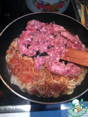 Добавляем кетчуп, обжариваем 2-3 минуты. Закидываем фарш (любой). Жарим минут 7.
