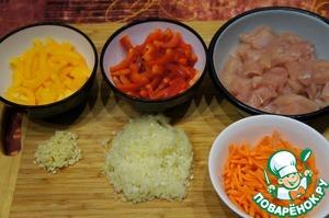 Филе нарезать брусочками или кубиками.    Морковь и перец нарезать соломкой, лук и чеснок измельчить.
