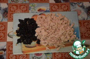"""Chicken breast finely cut. Prunes (pre-soaked in hot water for 15 minutes) squeeze and finely shinkuem. Onion finely mode and fry until Golden brown in sunflower oil (I use """"Cost"""")."""