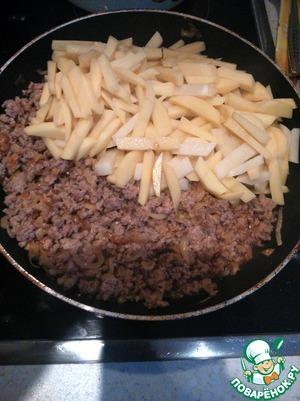 Тем временем картофель режем соломкой, добавляем к фаршу.