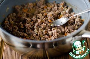 Куриные желудки промыть и сделать из них фарш или нарезать кубиками ( я сделала фарш).    В сковороде разогреть растительное масло, обжарить морковь и лук до золотистого цвета. Затем добавить куриные желудки и обжаривать еще 5 минут.