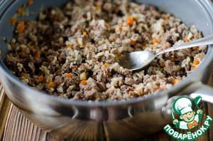 К овощам и желудкам добавить отварной рис, сливочное масло, посолить, поперчить, добавить тимьян и розмарин и тушить еще 7 минут или пока не испарится лишняя влага.   Снять начинку с огня, остудить, а затем вбить 1 яйцо и хорошо перемешать.