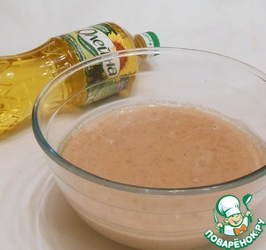 Смешать сухие продукты (гречневую муку, манку, сахар, соль, дрожжи). Яйцо взбить с молоком, вылить в смесь сухих продуктов, перемешать. Добавить 2 ст. л. растительного масла (у меня ТМ «Олейна»), теплую воду. Тщательно перемешать и оставить тесто на 1,5-2 часа.