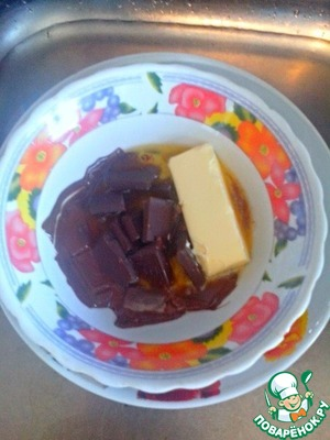 Preheat the oven to 180 degrees. Melt the chocolate with butter in a water bath, mix thoroughly. Allow to cool slightly. The chocolate-oil mixture should be warm but not hot.