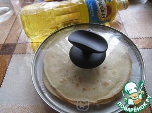 Блины выкладываем на тарелку и накрываем крышкой. Так они останутся мягкими.