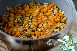 На сковороде разогреть растительное масло, всыпать лук, морковь и грибы, обжарить до румяности, поолить, поперчить, добавить тимьян.