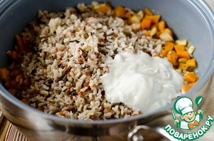 Mix boiled rice, sauteed vegetables and sour cream.