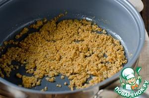 В сковороде разогреть сливочное масло, всыпать панировочные сухари и обжарить до золотистого цвета, снять с огня и смешать с паприкой.