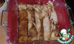 Форму застелить пищевой пленкой и выложить блины плотно друг к другу. Залить кефирно-сметанной смесью и убрать в холодильник до застывания