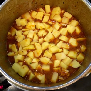 Open and add the potatoes, diced. Close and simmer for another 8 minutes. In a pressure cooker this time is sufficient.