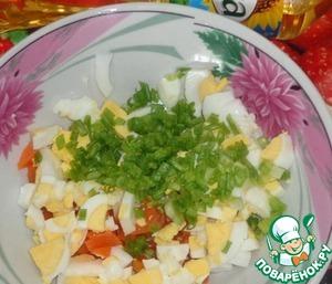 Яйцо очистить от скорлупы и нарезать кубиками.    Яйцо смешать с морковью, добавить зеленый лук, имбирь и соль по вкусу, а также измельченный чеснок. Перемешать.