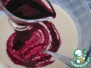 Добаим в тесто тонкой струйкой сок свеклы, тщательно размешаем, такое красивое тесто получилось.