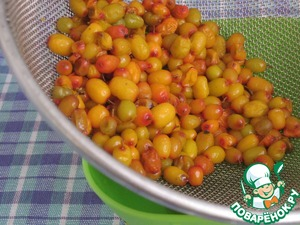 Sea-buckthorn berries for the sauce wash and place on a sieve, let the water drain Then wipe through a sieve and get juice. We need 50 ml.