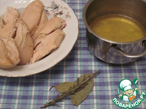It remains to make the pate. After three hours take out the chicken, drain the broth in a pan, add the thyme and Bay leaf. Boil for 5 minutes, the broth with the herbs.