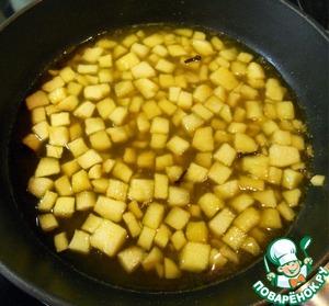 Затем добавляем яблочный сок, лимонный сок и коньяк. Доводим все до кипения и снимаем с огня.