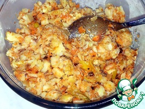 Before pancakes, I prepared the filling. Fish fried on both sides. Have passerovat onions and carrots.  Fish crumbled with your hands into small pieces, combined with the carrots and onions. Mixed.