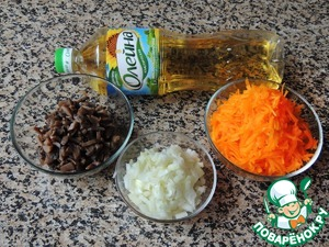 For the filling, cut the mushrooms finely and stew under a lid until the moisture to evaporate. Onions chop and fry in vegetable oil, add grated on a coarse grater pumpkin, cook for 7-10 minutes. Add the mushrooms and fry all together another 5 minutes.