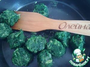Подготовьте начинку. Для этого измельчите шпинат и подсушите его на сковороде. Остудите. Если у вас шпинат свежий, то его следует немного отварить и откинуть на дуршлаг, а затем порубить.