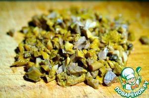 Нарезать грибы и каперсы, обсушить, добавить в загустевший соус, прогреть.
