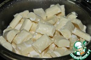 Растопите на водяной бане шоколад и сливки, постоянно помешивая.