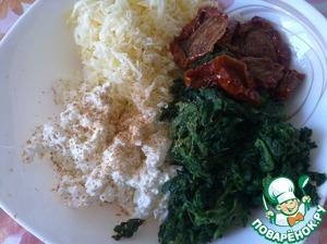 Разомните рикотту вилкой, добавив измельченный шпинат, вяленые томаты, соль, мускатный орех и натертый на мелкой терке сыр. Все хорошо перемешать.