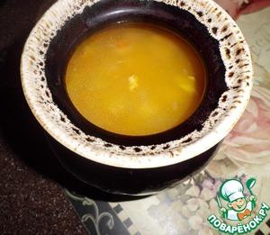 Суп можно подавать порционно в горшочках. Для этого мы наполняем горшочек супом. И аккуратно выкладываем сверху 2 столовые ложки сырной массы.