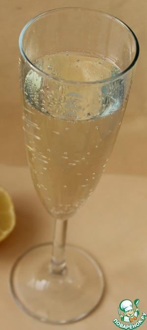 Добавьте шампанское, хорошо перемешайте, дайте остыть, накройте пищевой плёнкой и уберите в холодильник часа на 3