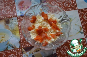 Mix the cottage cheese and dried apricots. If curd and the filling to be dry, you can add a spoonful of sour cream or cream.