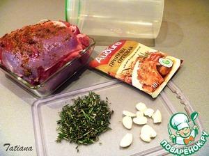 Оборвите листочки розмарина и тимьяна, мелко порубите (по ст. ложке каждой из трав), чесок почистите, раздавите плоской стороной ножа.   Разверните бедро индейки, изнутри присыпьте солью, пряной приправой распределите по поверхности смесь пряных трав и раздавленный чеснок, мясо сверните рулетом, зафиксируйте с помощью кулинарного шнура, серху мясо присыпьте пряной приправой.