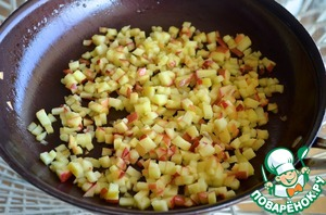 2. Apple cut into small cubes and fry in hot sunflower oil. The Apple flavor will be much more expressive.