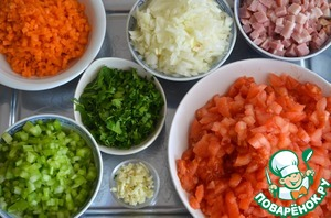 1. Carrots, celery, bacon and onions cut into small cubes. Garlic and parsley finely chopped. Scald the tomatoes with boiling water, remove the peel and the flesh chopped.
