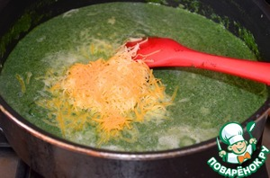 3. Pour cheese in spinach sauce and stir. Cook until then, until the cheese is melted. If the sauce is too thick, add more milk.