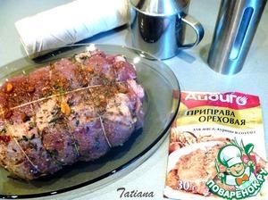 Промаринованное мясо смажьте растительным маслом, немного посолите снаружи, поместите в рукав для запекания (рукав не прокалывайте).