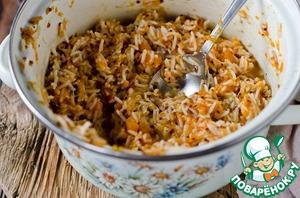 В миске смешать отварную смесь риса и киноа с тыквой и 100 мл воды, в которой варилась тыква, добавить 50 г натертого сыра, мускатный орех, сливочное масло, посолить при необходимости и хорошо перемешать.