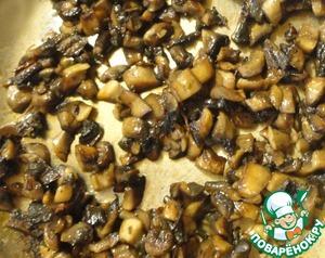 """Обжариваем грибы, добавив к ним один-два кусочка раскрошенного белого гриба. Т. к. шампиньоны у меня тепличные, а не лесные, поэтому я """"раскрашиваю"""" их вкус белыми грибами."""