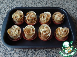 """Each """"rose"""" sprinkle with breadcrumbs (optional) and a pinch of cheese. This amount of filling was enough for me for 8 """"roses"""" (16 pancakes). Bake for 10-15 minutes in heated to 180 degrees oven."""