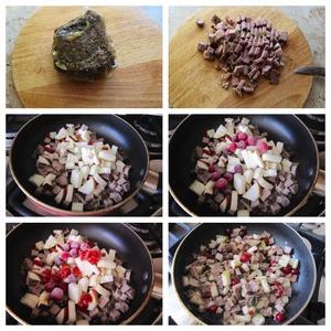 Использую кусочек запеченного мяса (можно отварное), его нарезать мелким кубиком, прогреть на растительном масле ТМ Олейна, добавив измельченное яблоко, клюкву, вяленую вишню.